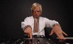Ди-джей Олег Скрипка на Соборной площади играл песни черновицких групп (ВИДЕО)