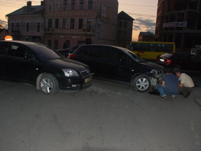In the center of Chernivtsi & quot; Opel & quot;  crashed into a & quot; Toyota & quot;