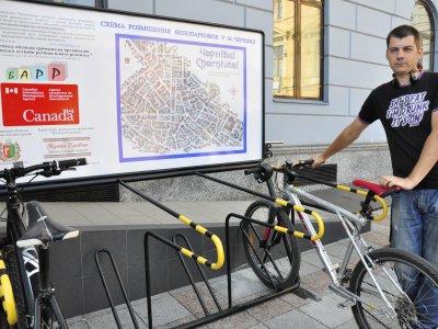 В Черновцах возле мэрии открыли велопарковку