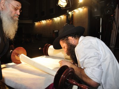 Towards a new synagogue in Czernowitz brought Torah (PHOTOS )