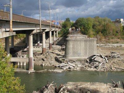 Аварийный мост в Черновцах разбирают 11 работников