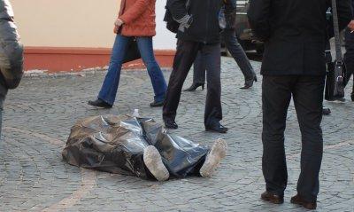 В Черновцах на Площади филармонии умер мужчина