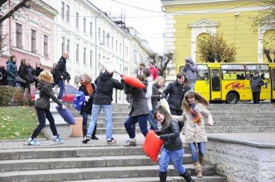 Двадцать студентов в Черновцах избивали прохожих подушками