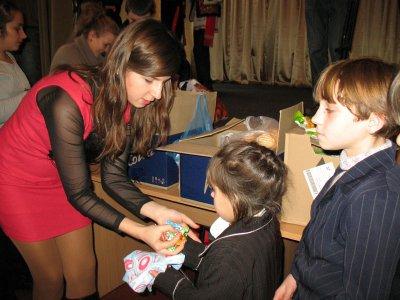 Черновицкие студенты приехали в интернат с подарками и концертом