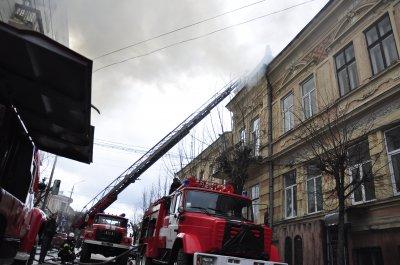 В центре Черновцов горит чердак дома. Пострадавших нет