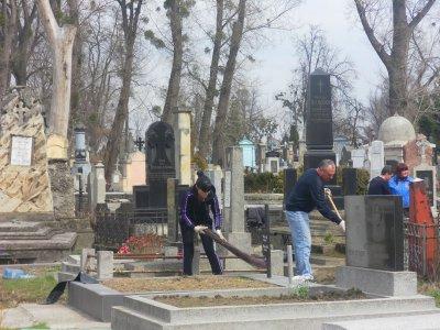 Городские чиновники убирали кладбище