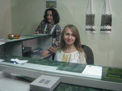Банковские работники в Черновцах вышли на работу в вышиванках