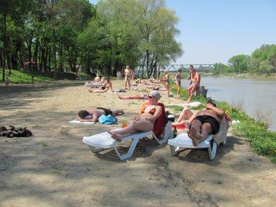 Пляж в Черновцах еще не открыли, но отдыхающих уже много