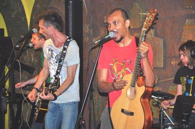 На концерте в Черновцах группа The Вйо переписывал свои песни на флешки зрителей
