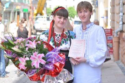 В Черновцах дарили вышивки младенцам и женились в народной одежде