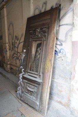 Древние ворота и двери - на свалку