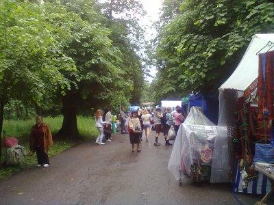 На туристической ярмарке показывали лошадей и продавали шуточные сувениры