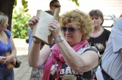 Сотни черновчан митинговали против закрытия магазинов в городе