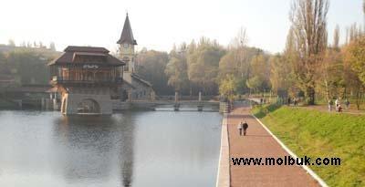 Черновчане проводить свадебные обряды на озере на улице Комарова