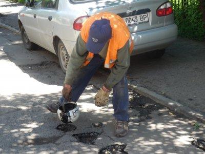 Дороги и канализации в Харькове ремонтируют медленнее из-за дождей