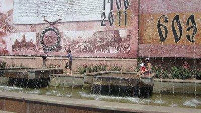От жары черновчане спасаются в фонтанах