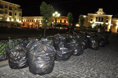 После матча Украины с Англией в фан-зоне в Черновцах собрали 30 мешков мусора