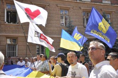 Мужчина кричал, чтобы опустили партийные флаги на митинге под Черновицкой ОГА