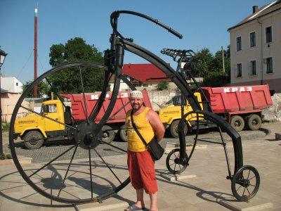 Подарил туристам велосипед, а влюбленным - мостик