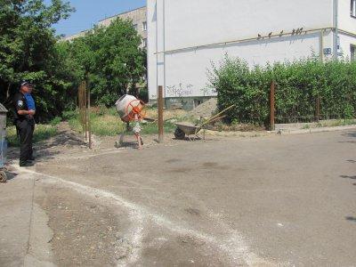 """На проспекте в Черновцах соседи  """"воюют """" через придомовую территорию"""
