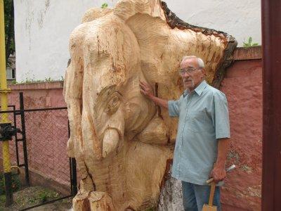 Черновчанин подарил детям слона и зверей