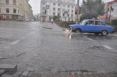 Центром Черновцов течет река