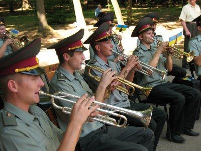 Военный оркестр в Черновцах сыграл вальсы и мелодии из советских фильмов