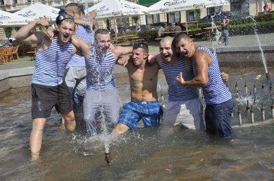 В центре Черновцов десантники купались в фонтане
