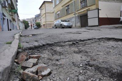 Улицу в центре Черновцов, которую латали 10 лет, в этом году не ремонтировать