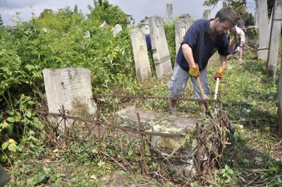 Волонтеры из Финляндии, Ирландии, Испании и Чехии убирают кладбище в Черновцах