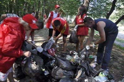 Активисты на городском пляже в Черновцах собрали сотни мешков мусора