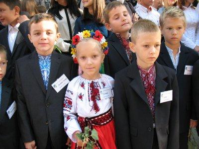 Черновицкие гимназисты одели вышиванки