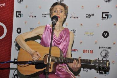 Эпатажный поэт из Дании Nielsen в розовом платье пел в Черновцах под гитару (видео)