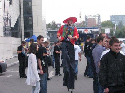 На пивфести в Черновцах - жонглеры на ходулях и йога-шоу