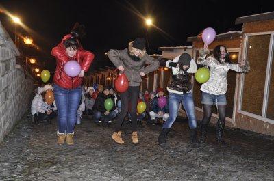 Хореографа Ивана Величко на площади в Черновцах поздравили танцевальным флеш-мобом