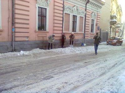 Черновцы убирают от снега основном женщины