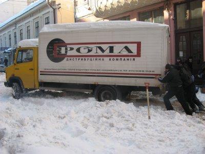 Даже прилегающие к центру Черновцов улице не расчищают