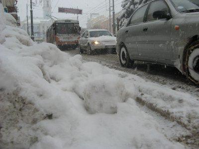 В Черновцах из-за снега километровые пробки