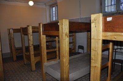 Американские зэки делают кровати для черновицких бездомных