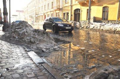 Через відлигу на дорогах Чернівців - великі калюжі