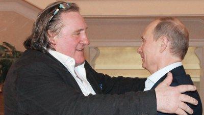Путин лично вручил Депардье российской паспорт