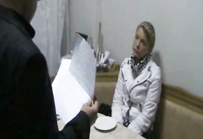 Как вручали Тимошенко сообщения о подозрении в убийстве (видео)