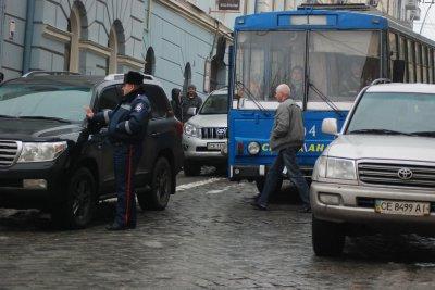 У Чернівцях біля мерії джипи заблокували рух тролейбусів