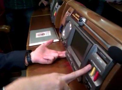 Яценюк презентовал сенсорную кнопку, а регионалы провели мастер-класс по кнопкодавства (видео)
