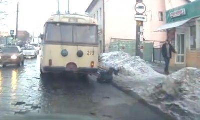 В Черновцах мужчина чуть не попал под троллейбус