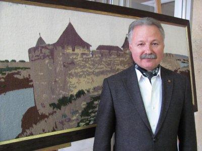 Архитектуру на гобеленах Олега Слепцова выставили в Черновцах