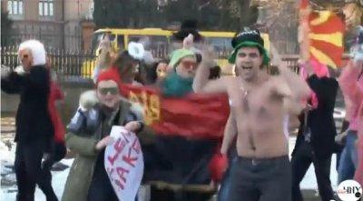 В Черновцах полураздетые студенты на улице станцевали Harlem Shake