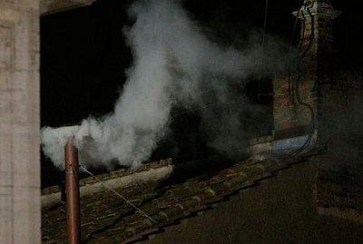Над Ватиканом белый дым - Папу избран (видео)