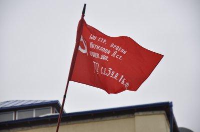 В Черновцах на танке повесили красный флаг