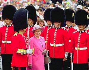 Более сотни гвардейцев королевы Елизавета II подцепили чесотку